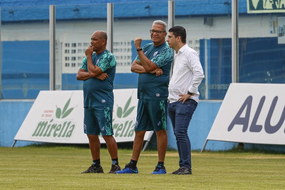 Hélio dos Anjos (centro) conversa com Felipe Albuquerque (D) em treino do Paysandu -  Jorge Luiz/Paysandu