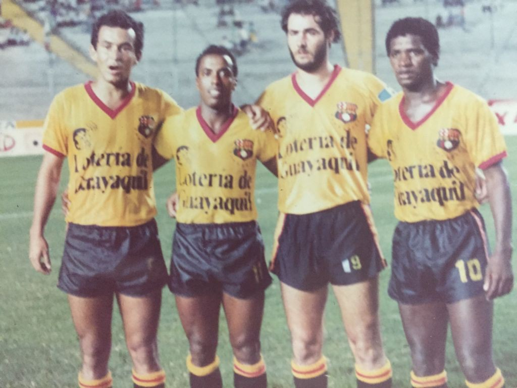 Adílio, à direita, com companheiros de Barcelona de Guayaquil: eterno camisa 8 da Gávea vestiu a 10 no Equador - Arquivo pessoal