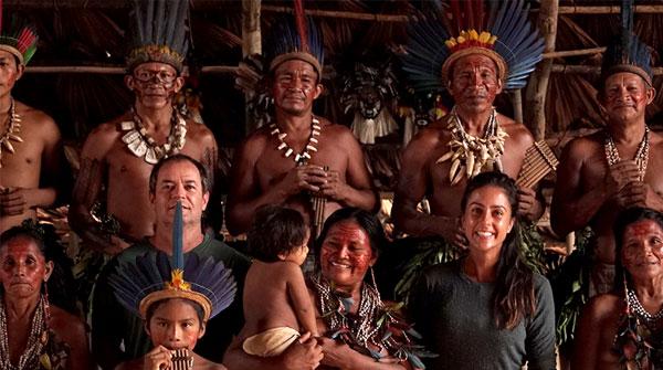 Clayton Conservani e Carol Barcellos junto com tribo indígena