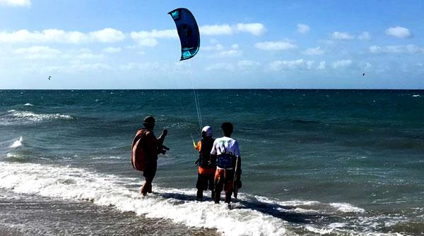 Pessoas se preparando para particar kite surf