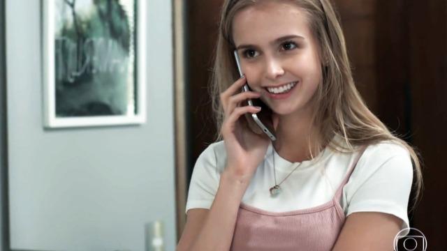 Clara liga para Felipe e faz convite ao ex-namorado