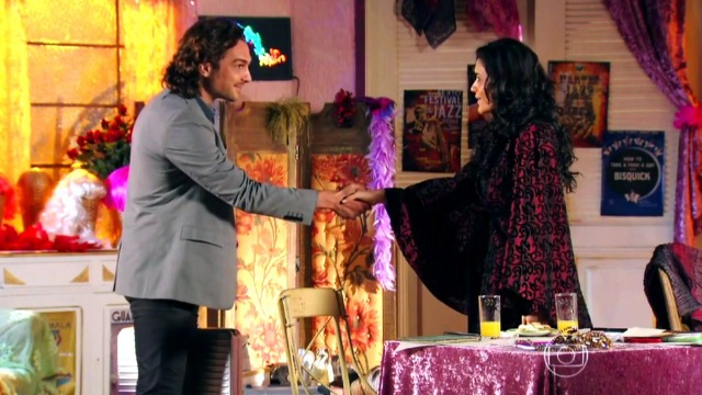Alberto conhece Cristal e arma plano para separar Ester de Cassiano
