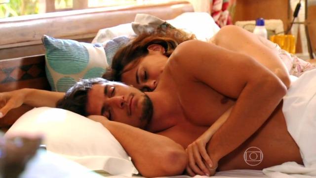 Juliano 'invade' quarto de Natália e eles passam primeira noite juntos