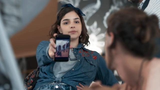 Keyla vê foto e descobre que Lica e Deco estavam juntos no exterior