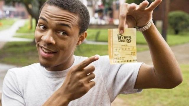 Kevin Carson ganha 370 milhões de dólares na loteria e quer manter o fato em segredo. No entanto, as notícias se espalham rápido e Kevin tem que sobreviver ao fim de semana com os vizinhos gananciosos que sabem que ele tem o bilhete premiado.