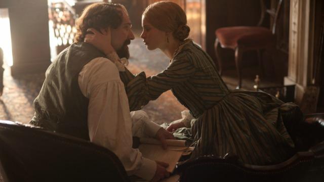No ponto mais alto de sua carreira de sucesso, o escritor Charles Dickens conhece uma jovem atriz chamada Nelly Ternan, que assume o papel de sua amante até seu falecimento em 1870.