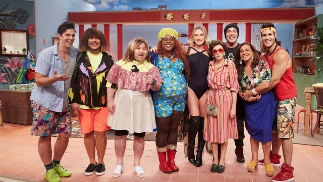 Seleção de episódios da sétima temporada do 'Vai Que Cola', humorístico exibido originalmente no Multishow, na qual o destino da vez é Miami, nos Estados Unidos. O público vai embarcar junto com a trupe e sentir saudades, até mesmo, dos perrengues por aí.