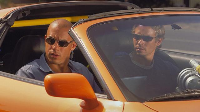 Dominic Toretto, líder de uma gangue de corridas de rua, está na mira da polícia de Los Angeles. O policial Brian O'Connor entra nessas corridas, infiltrado, para investigar Toretto. No entanto, O'Connor acaba se envolvendo com esse novo mundo.