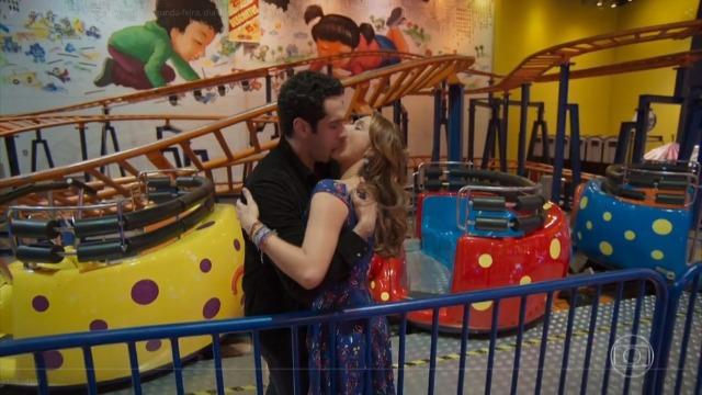 Tancinha dá chance a Beto e eles se beijam: 'Deixa acontecer'