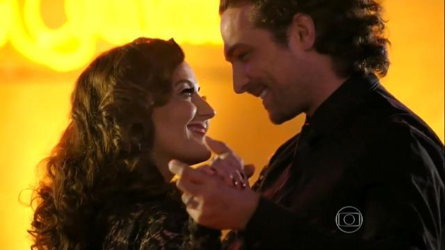 Alberto se emociona com apresentação de Guiomar e eles dançam juntos