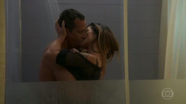 Tamara seduz Apolo no chuveiro e eles se beijam