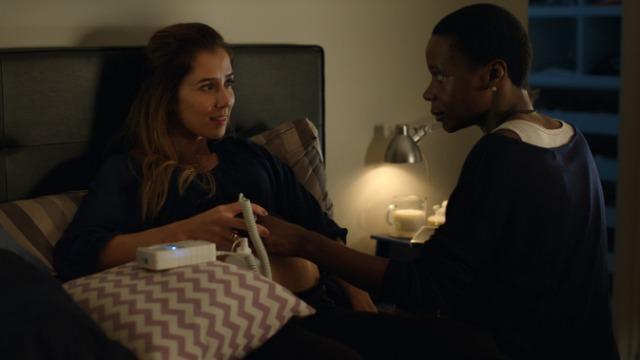 Ana contrata Clara, uma solitária enfermeira moradora da periferia de São Paulo, para ser babá de seu filho ainda não nascido. Conforme a gravidez vai avançando, Ana começa a apresentar comportamentos cada vez mais estranhos.