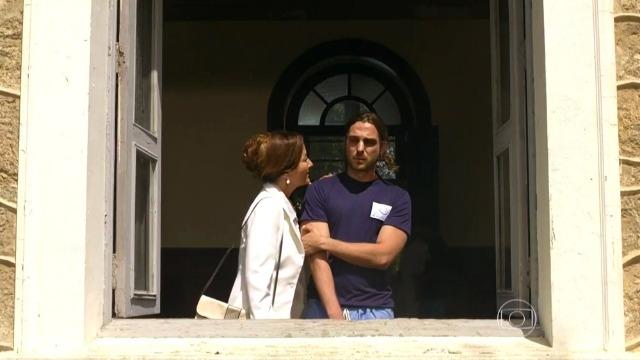 Guiomar fica chocada com atitude de Alberto na clínica psiquiátrica