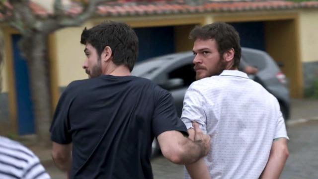 Rubinho é encontrado pela polícia e vai preso na frente de Bibi e Dedé