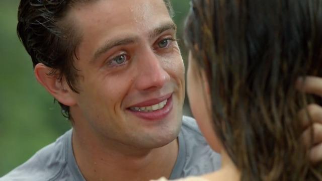 Ana e Rodrigo finalmente assumem o que sentem um pelo outro e vivem um momento de sonho.