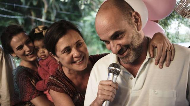 Batista e Maria formam um casal que, aparentemente, é muito feliz em seu casamento. No entanto, a verdade é que as aparências enganam e muito; no fundo, Batista, um alcoólatra inveterado, e Maria, que tem um caso com o namorado de sua filha mais velha, Emília, representam uma família que está à beira da ruína.