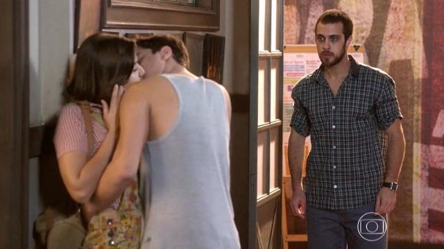 Franz termina o namoro com Mari após vê-la aos beijos com Jeff