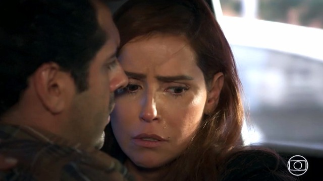 Alexia se apavora ao entrar no carro de Renzo