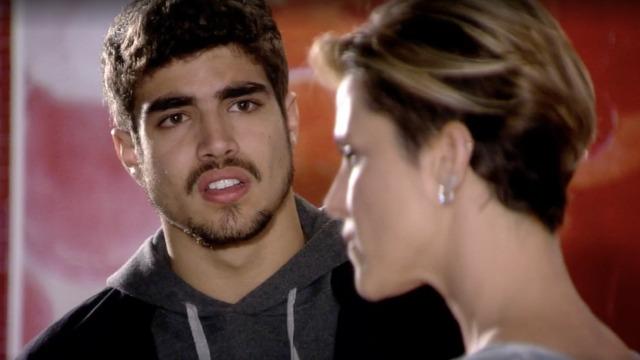 Edgar pede fim de relacionamento a Luisa.