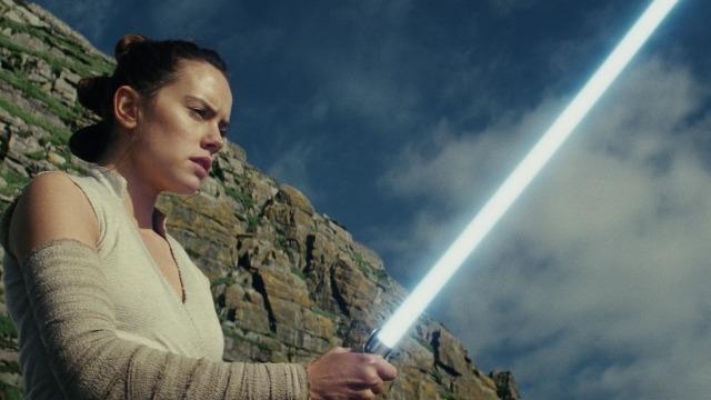 A jovem Rey começa a mostrar fortes sinais da Força, o que a faz procurar Luke Skywalker, que se vê obrigado a tomar uma decisão que mudará sua vida para sempre. Enquanto isso, a Primeira Ordem é liderada por Kylo Ren e o general Hux para um ataque contra Leia e a Resistência.