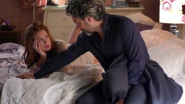 Maria Isis cria coragem e pergunta se Zé assumirá o romance deles