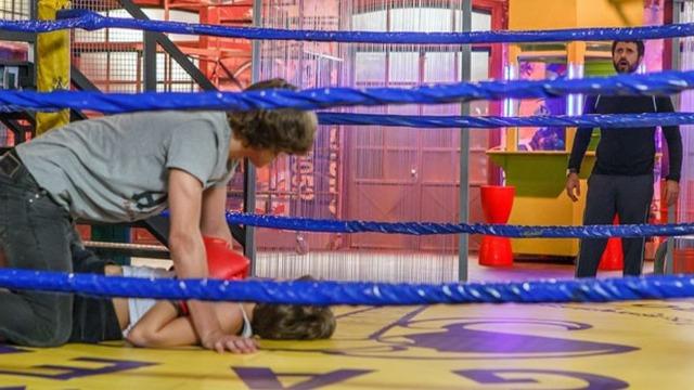 Gael acaba com encontro secreto de Karina e Pedro no ringue