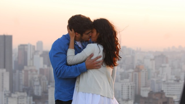 Edgar e Marcela se beijam.