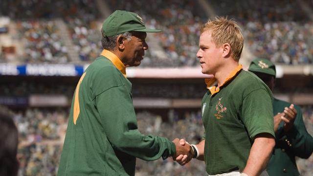 Recentemente eleito presidente, Nelson Mandela tinha consciência que a África do Sul continuava sendo um país racista e economicamente dividido, em decorrência do Apartheid. A proximidade da Copa do Mundo de Rúgbi, pela primeira vez realizada no país, fez com que Mandela resolvesse usar o esporte para unir a população. Para tanto, chama para uma reunião Francois Pienaar, capitão da equipe sul-africana, e o incentiva para que a seleção nacional seja campeã.