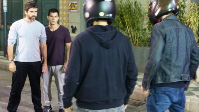 Gael ajuda Duca a enfrentar motoqueiros.