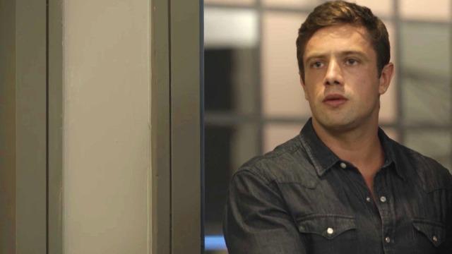 Renzo flagra Alexia fazendo busca em sua sala.