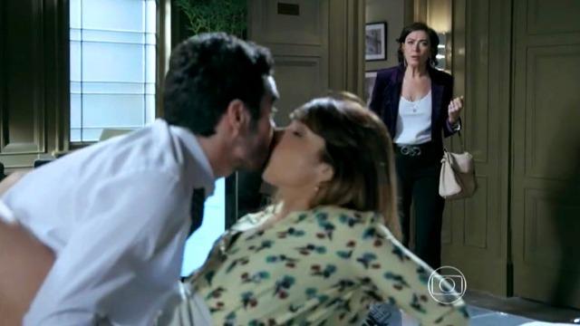 Maria Marta flagra José Pedro e Danielle em clima quente na mesa do escritório.