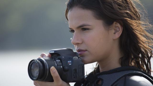 A jovem fotógrafa Ophelia acredita ter descoberto quem é seu pai e sai de Santos, a nado, rumo a Ubatuba, onde espera encontrá-lo. Antes de partir, ela envia uma carta avisando que está a caminho.