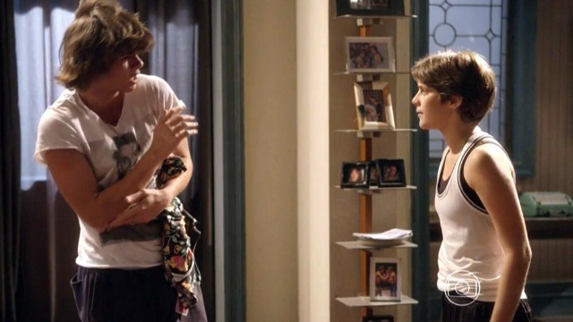 Karina fica revoltada com presente que ganha de Pedro