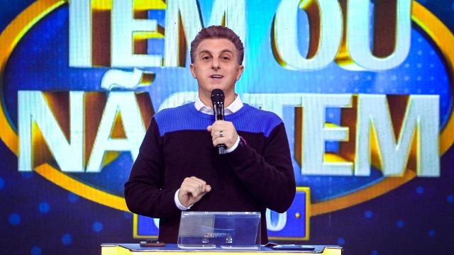 """Gil do Vigor e Fiuk pegam carona no """"taxi"""" de Luciano Huck"""