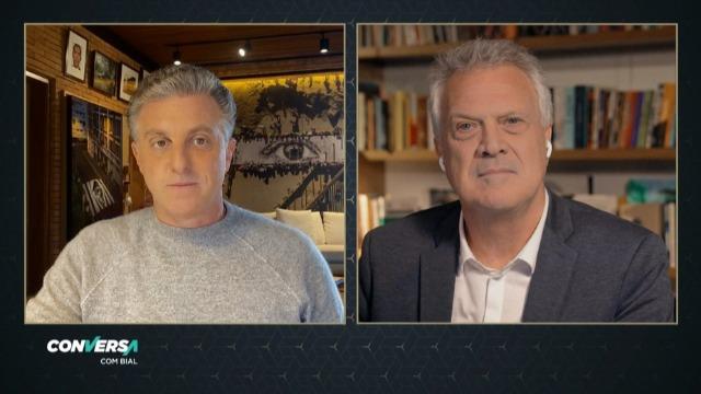 """Papo com o apresentador Luciano Huck sobre o documentário """"2021 – O ano que não começou"""", o livro """"De porta em porta"""" e sobre seus projetos futuros."""