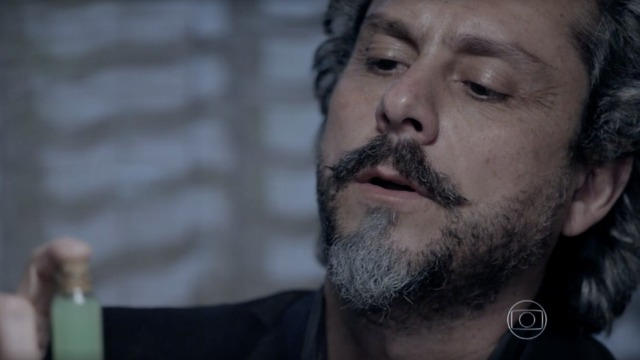 José Alfredo recebe líquido mortal de curandeiro em encontro misterioso