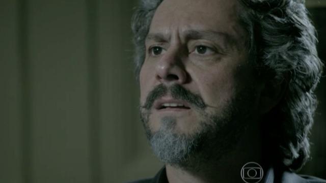 Cora chantageia José Alfredo.