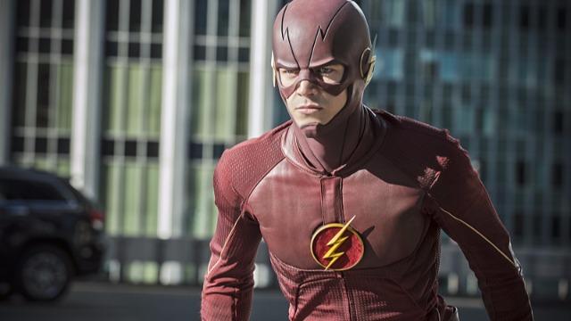Após ser atingido por um raio, Barry Allen acorda do coma e descobre que adquiriu o poder da super velocidade, tornando-se o Flash e combatendo o crime em Central City.