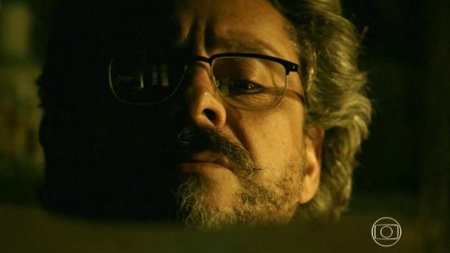 José Alfredo descobre o nome da pessoa que está ajudando Maurílio: Fabrício Melgaço.