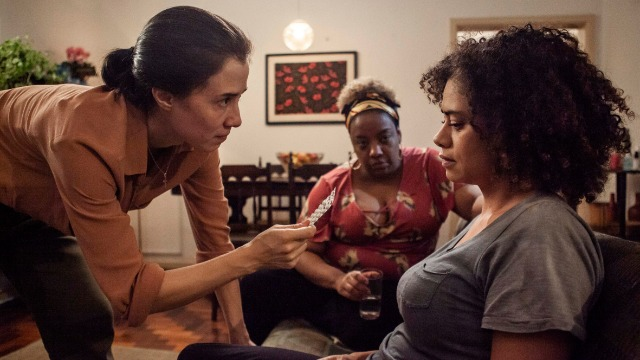 Carolina tenta ajudar Diana a superar depressão