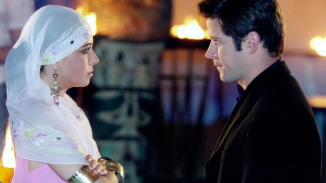 Jade promete fugir com Lucas, marca encontro para o dia seguinte e os dois se beijam.