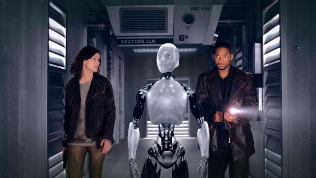 No ano de 2035, um policial que odeia a tecnologia é chamado para investigar um assassinato que parece ter sido cometido por um robô, o que pode se tornar uma ameaça em um mundo no qual os robôs, mais fortes que os humanos, são comuns e estão em todos os lares.