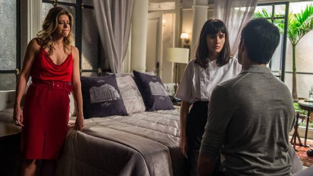Bebeth desmaia quando Eric confirma que Maria Pia fez barriga de aluguel para Mirella.