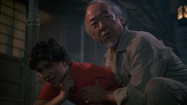 Miyagi volta para sua terra natal em companhia de Daniel para acompanhar os últimos instantes de seu pai e para constatar, amargamente, que as forças de amor e ódio que levaram à sua ida para o exterior ainda perduram.