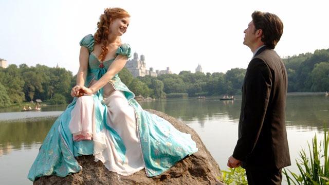 Após ser banida de seu mundo mágico e musical, Giselle recebe ajuda de Robert para viver em Manhattan nos dias atuais. Só que Giselle já está prometida em casamento para o príncipe Edward, que decide também deixar o mundo mágico para reencontrar sua amada.