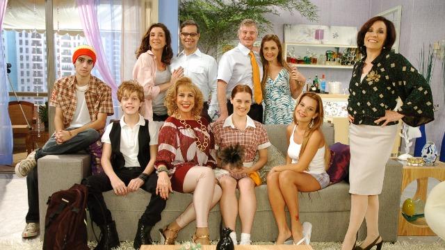 Toma Lá Dá Cá' tem formato de sitcom e arranca gargalhadas ao trazer situações inusitadas do cotidiano de duas famílias vizinhas, repletas de críticas sociais.