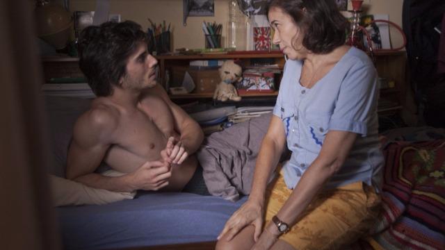 Zona Sul do Rio de Janeiro. Edna é mãe de Julio e Sílvio. Um dia, ela acorda desesperada ao perceber que Julio simplesmente desapareceu, sem deixar pistas. Preocupada, ela vai à delegacia com Eustáquio, seu marido, mas eles são destratados pelo delegado adjunto J. Rui, que estava mais interessado em conquistar a colega de trabalho Madalena. Após receber na secretária eletrônica um aviso de que o filho está com Tião Demônio, o chefão do tráfico do morro ao lado, Edna decide ir até lá negociar. Surpreendida por um tiroteio, ela acaba guardando 20 kg de cocaína para o traficante que, em troca, promete libertar Julio. O problema é que Sílvio, ao descobrir a cocaína, decide vendê-la.
