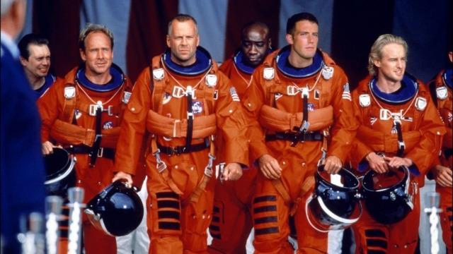 Para evitar que um asteroide se choque contra a Terra, a NASA envia até ele uma equipe de perfuradores de petróleo, que tem por missão colocar uma carga nuclear bem em seu centro.
