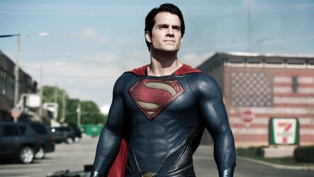 Nascido em Krypton, o pequeno Kal-El viveu pouco tempo em seu planeta natal. Percebendo que o planeta estava prestes a entrar em colapso, seu pai o envia ainda bebê em uma nave espacial rumo ao planeta Terra e levando com ele importantes informações de seu povo. Contrariado com tal atitude, o general Zod tenta impedir a iniciativa e acaba preso. Já em seu novo lar, a criança foi criada por Jonathan e Martha Kent, que passaram a chamá-lo de Clark. O tempo passa, seus poderes vão aparecendo e se tornando, de certa forma, um problema, porque isso evidencia que ele não é um ser humano. Já adulto, Clark se vê obrigado a buscar um certo isolamento porque não consegue resistir aos salvamentos das pessoas e sempre precisa sumir do mapa para não criar problemas para seus pais. Mas o terrível Zod conseguiu se libertar e descobriu seu paradeiro. Agora, a humanidade corre perigo e, talvez, tenha chegado a hora de as pessoas conhecerem aqueles que passarão a chamá-lo de Super-Homem. .