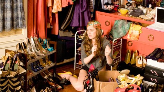Rebecca Bloomwood é uma garota que tem compulsão por compras e vive fugindo de um persistente cobrador. Seu grande sonho é um dia trabalhar em sua revista de moda preferida, mas, por um equívoco, acaba conseguindo emprego como colunista em uma revista de finanças e faz de tudo para que sua situação financeira caótica não venha à tona.